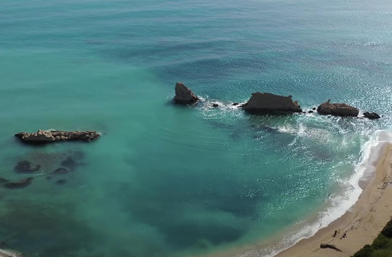 Ελληνικές παραλίες: Η Αρτολίθια με τους φυσικούς κυματοθραύστες