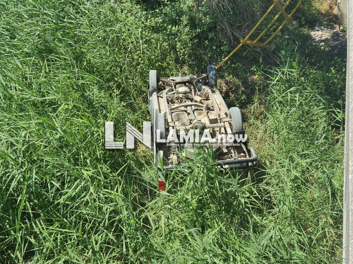 Λαμία: Οδηγός έπεσε από γέφυρα πέντε μέτρων και βγήκε χωρίς γρατσουνιά από το αυτοκίνητο (pics)