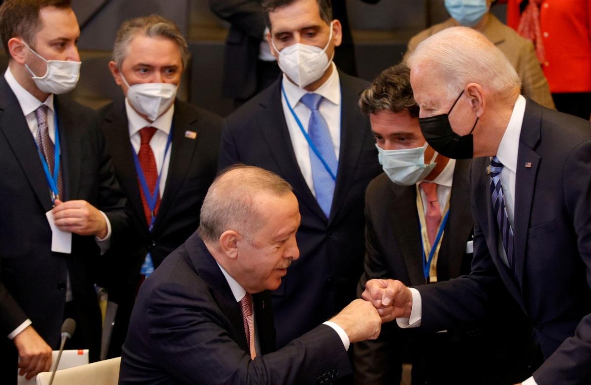 Αντιδράσεις για τον Ερντογάν που από «στρίγκλος» έγινε «αρνάκι» με τον Μπάιντεν – Ακσενέρ: «Ντροπή σου!»