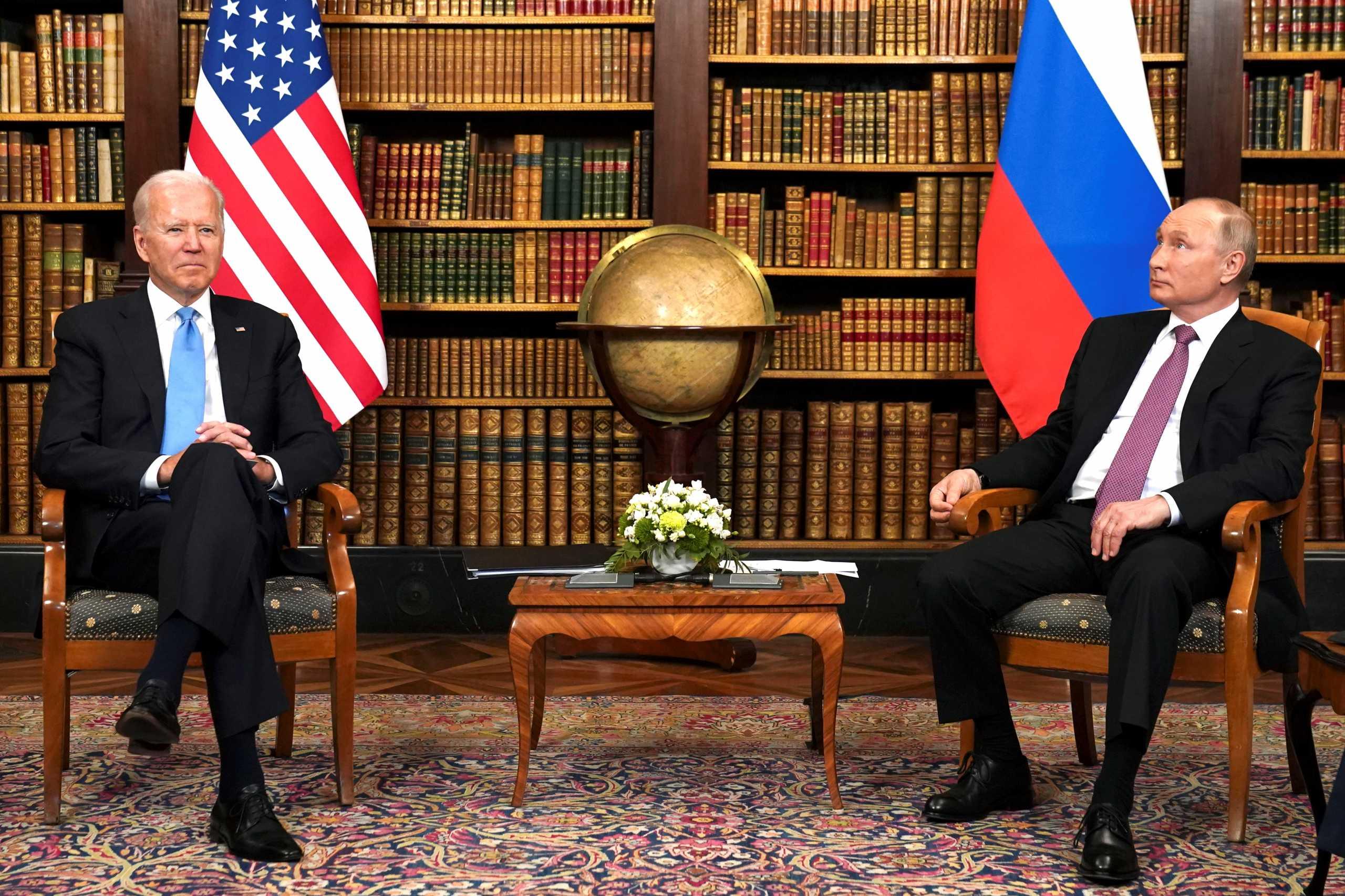 Πρώτη συνάντηση Μπάιντεν – Πούτιν με χαμόγελα και αμηχανία (pics)