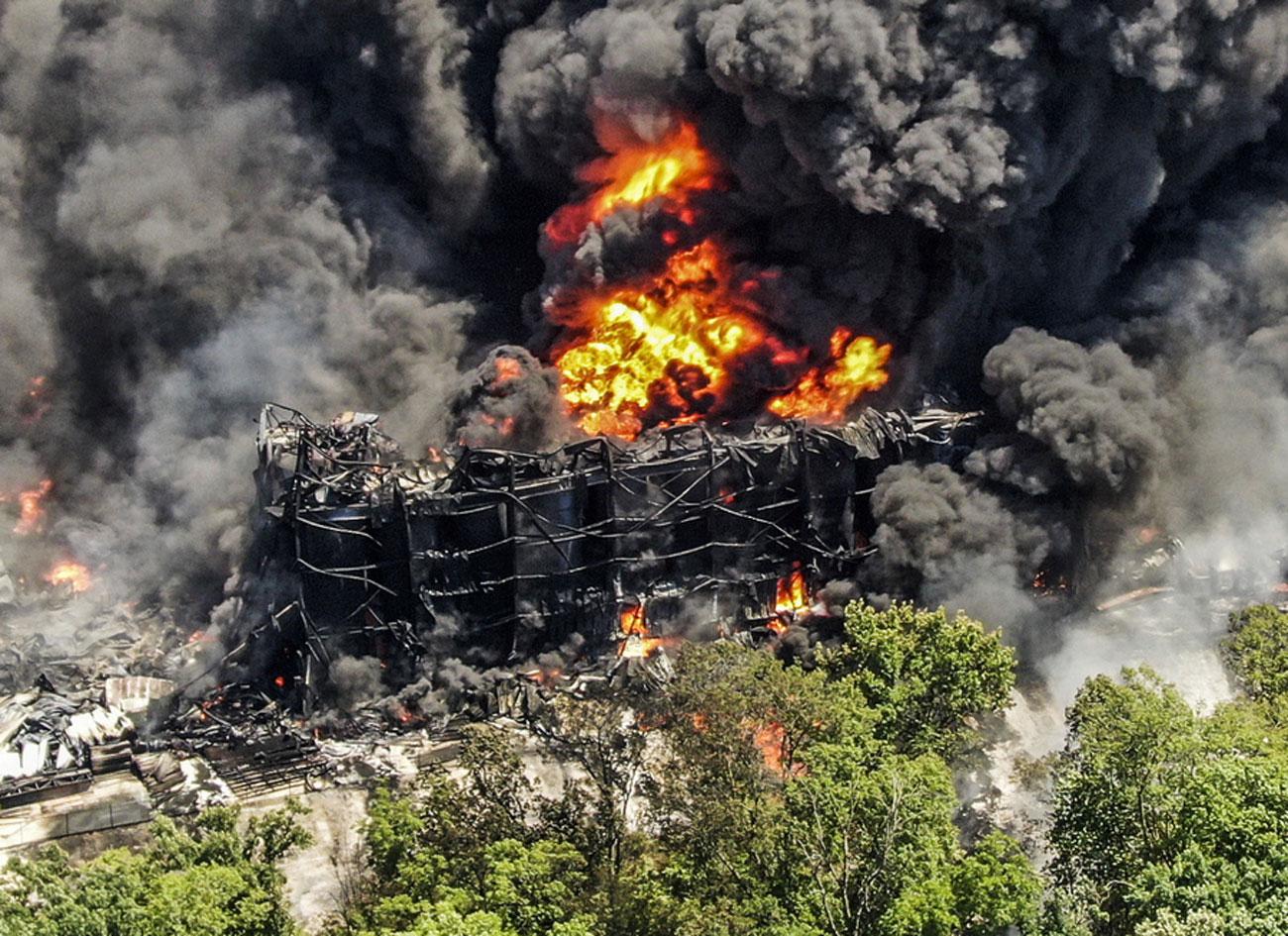 ΗΠΑ: Απίστευτες εικόνες από τη φωτιά σε χημικό εργοστάσιο – Ορατοί καπνοί σε απόσταση δεκάδων χιλιομέτρων
