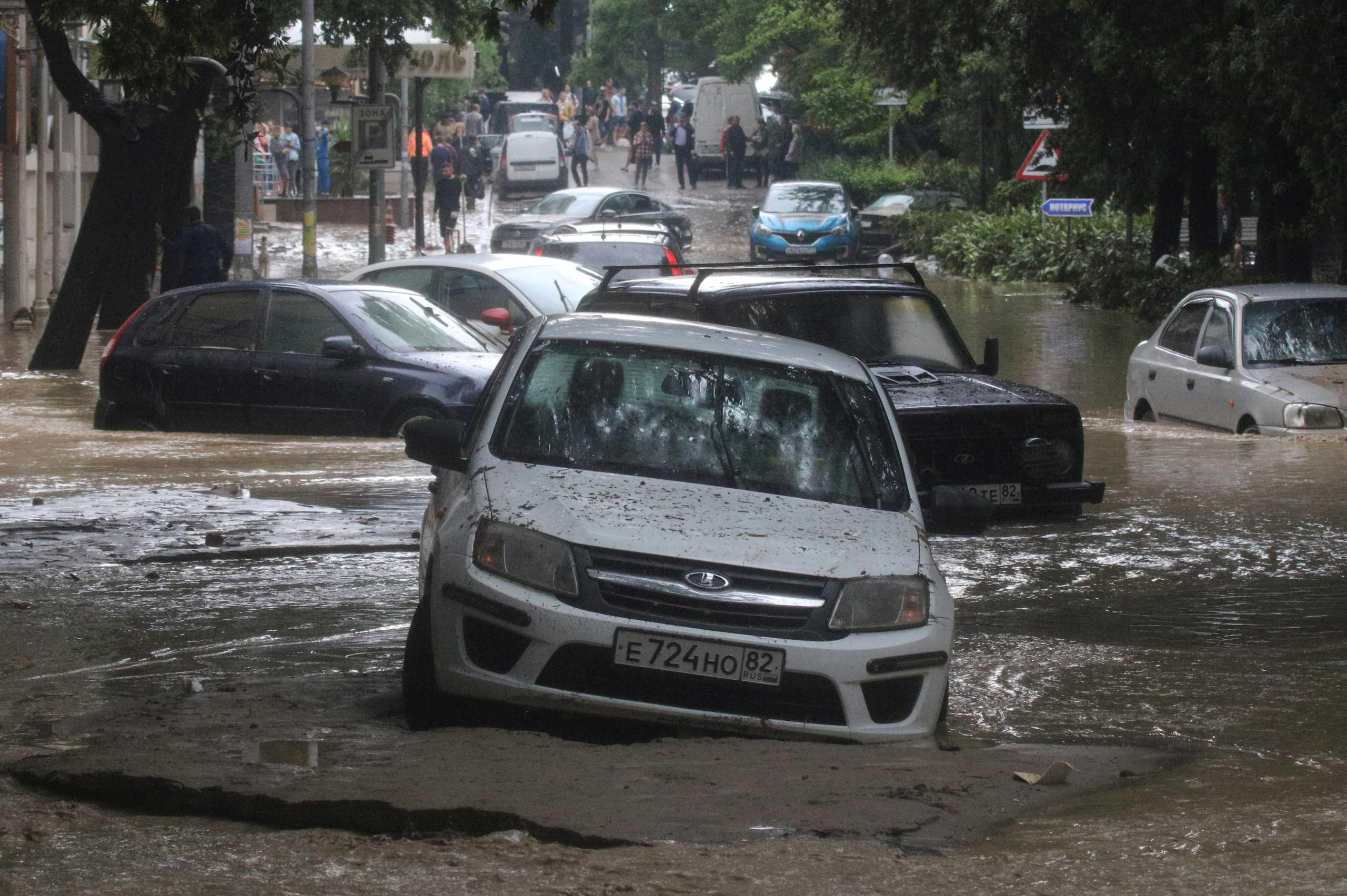 Πλημμύρες σαρώνουν την Κριμαία – Οκτώ τραυματίες (pics)