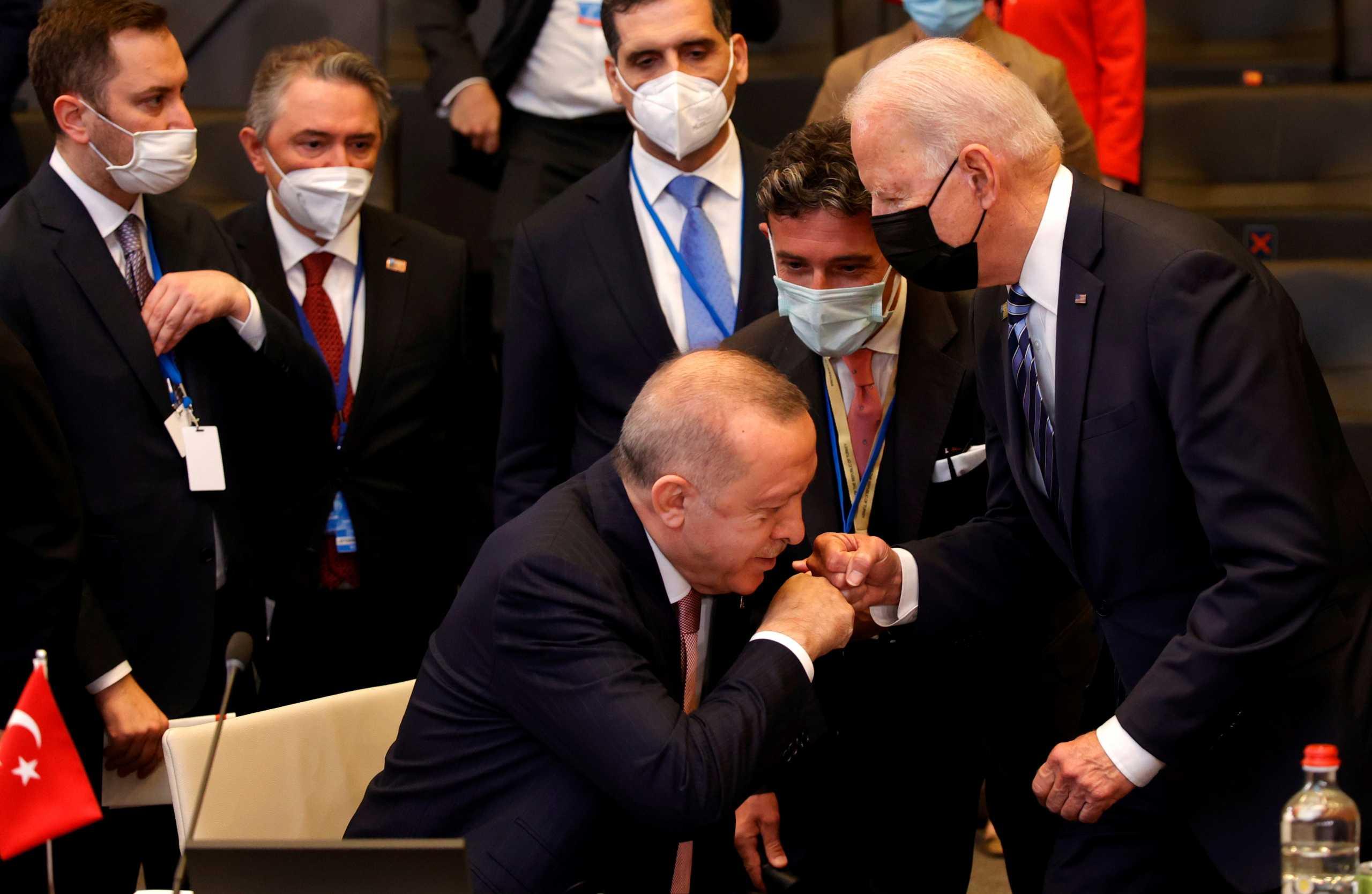 Σύνοδος ΝΑΤΟ: Η φωτογραφία Ερντογάν – Μπάιντεν που κάνει χαμό στα social media