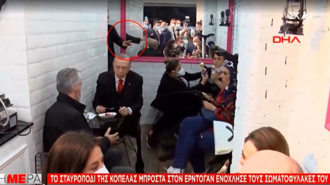 Σάλος στην Τουρκία: Παρατήρηση σε γυναίκα που κάθισε σταυροπόδι μπροστά στον Ερντογάν