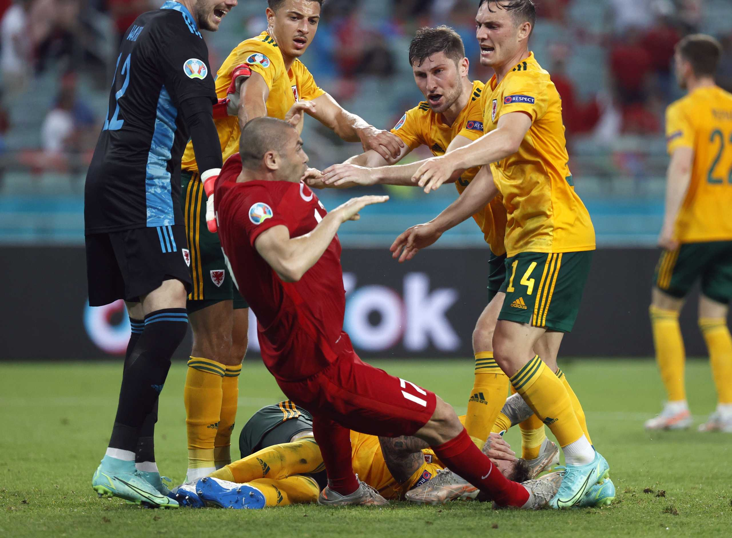 Euro 2020: Χαμός στο Τουρκία – Ουαλία, στα χέρια οι παίκτες