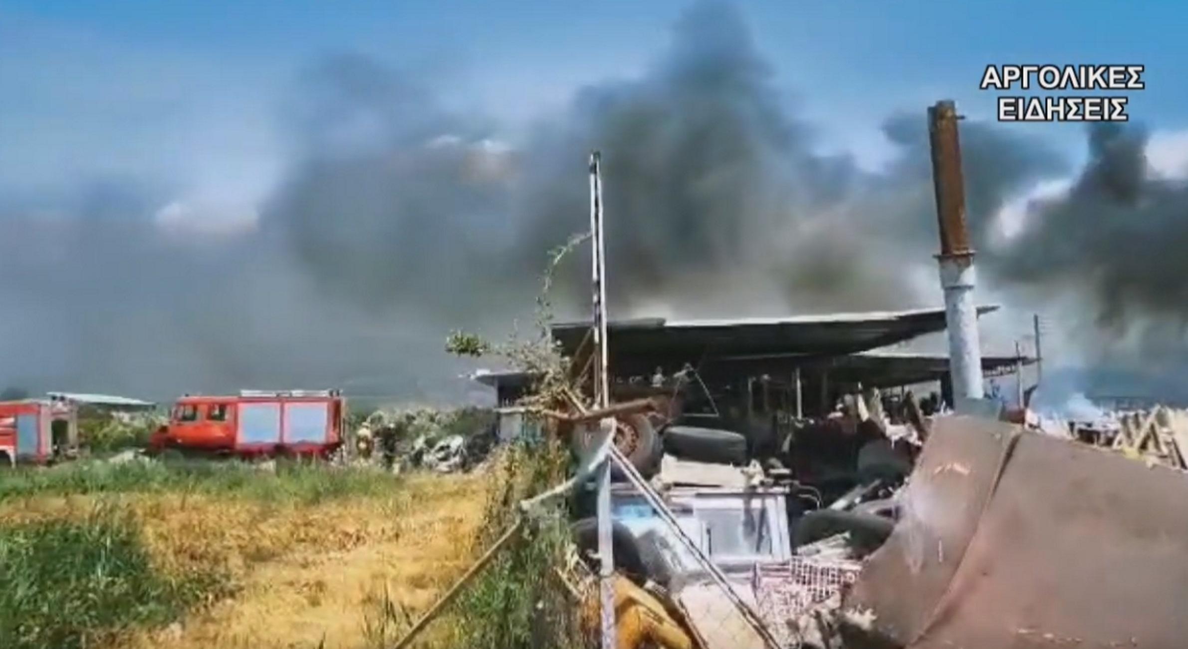 Άργος: Φωτιά σε αποθήκη με λάστιχα και παλιά αυτοκίνητα – Σκέπασε την πόλη ένα σύννεφο μαύρου καπνού