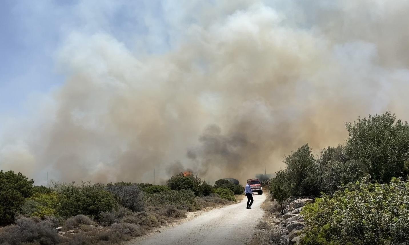 Φωτιά στην Πάρο: Οριοθετήθηκε η πυρκαγιά – Mε μικρές διάσπαρτες εστίες το μέτωπο