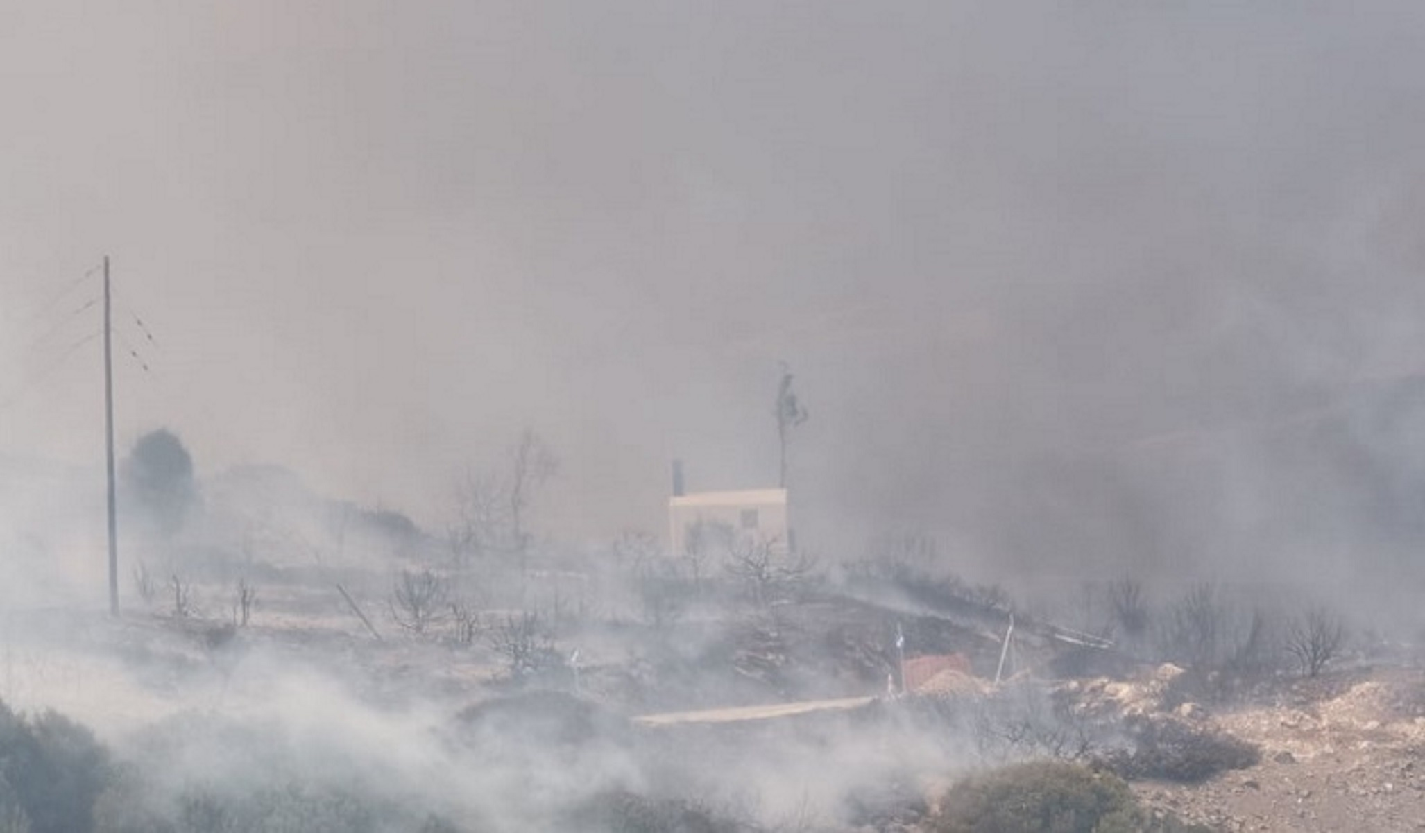 Φωτιά στην Πάρο: Οι φλόγες έφτασαν κοντά σε σπίτια (video)