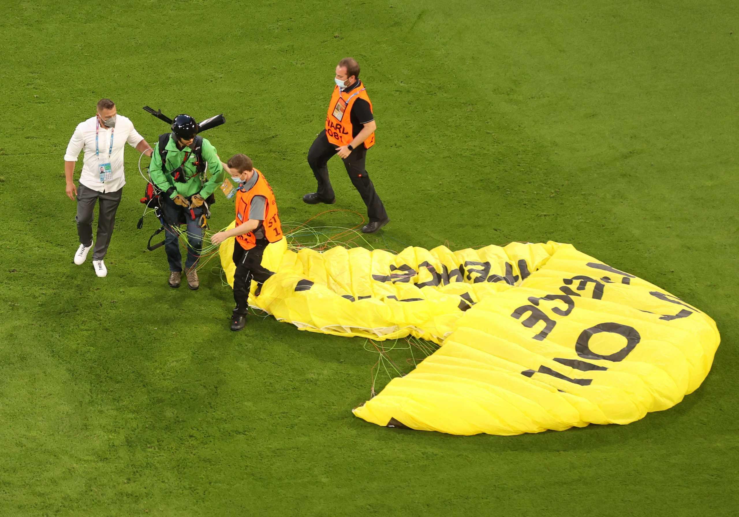 Euro 2020: Ελεύθεροι σκοπευτές περίμεναν εντολή για να σκοτώσουν τον εισβολέα με το ανεμόπτερο