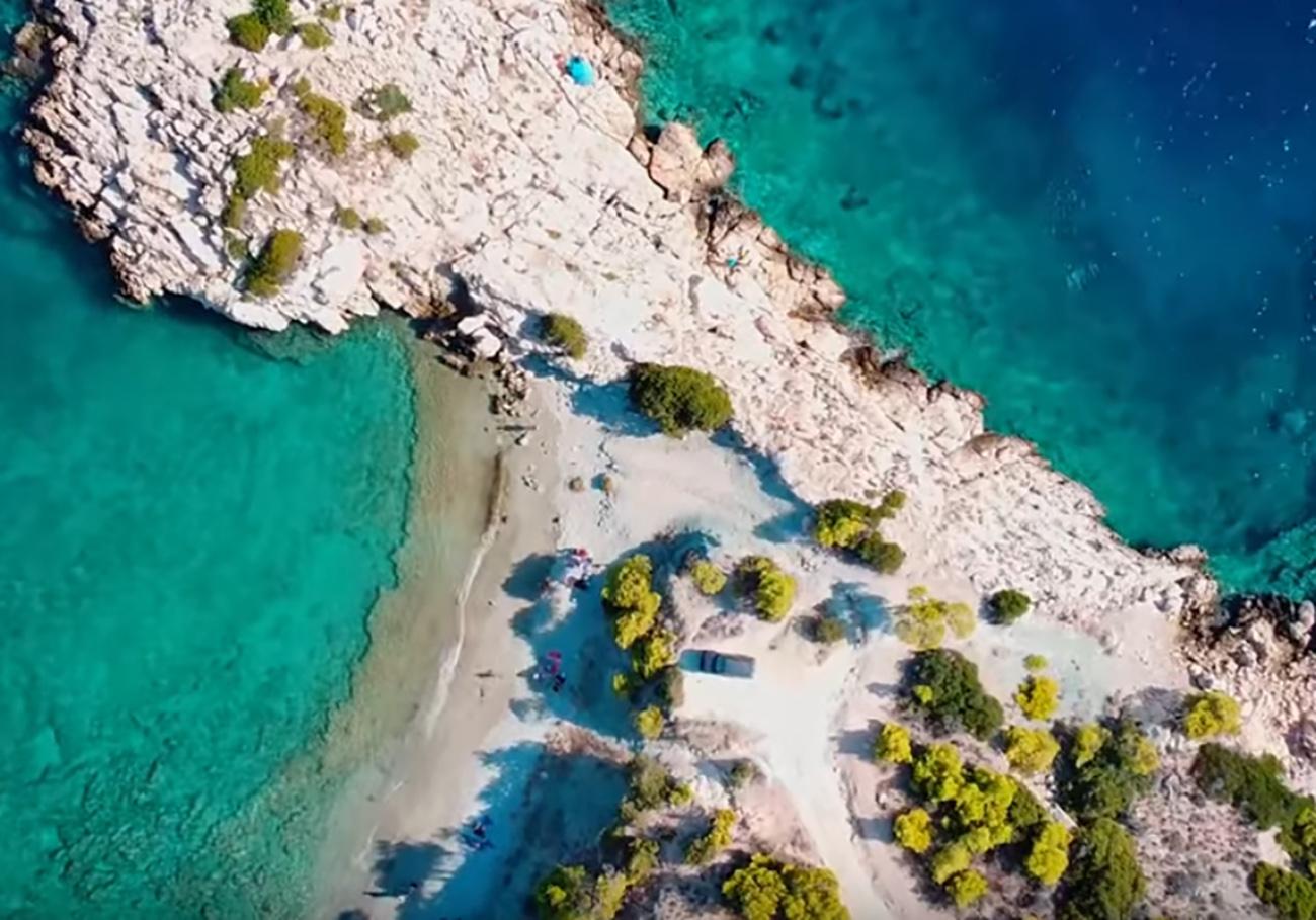 Ελληνικές παραλίες: Η εξωτική τοποθεσία στο «παρεξηγημένο» νησί δίπλα στην Αθήνα