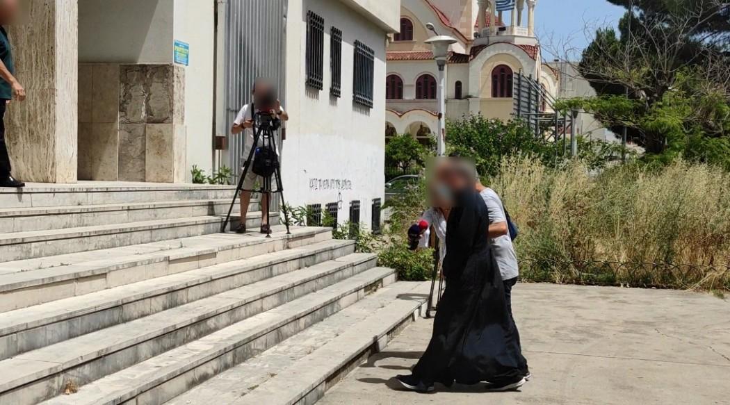 Αγρίνιο: Αυτός είναι ο ιερέας που κατηγορείται για βιασμό ανήλικης και παιδική πορνογραφία – Οδηγήθηκε στον εισαγγελέα (pics)