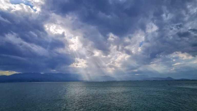 Καιρός σήμερα: Βροχερό σκηνικό με νέα υποχώρηση του υδράργυρου