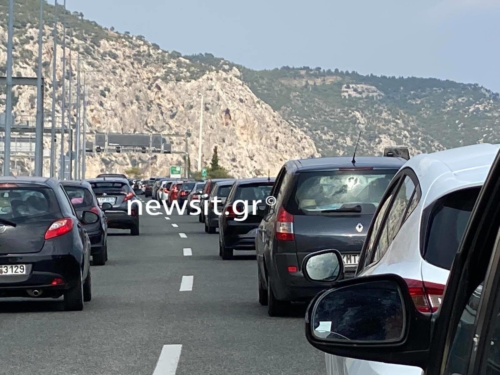 Τροχαίο πριν από τα διόδια της Ελευσίνας – Ταλαιπωρία για τους οδηγούς (pics)