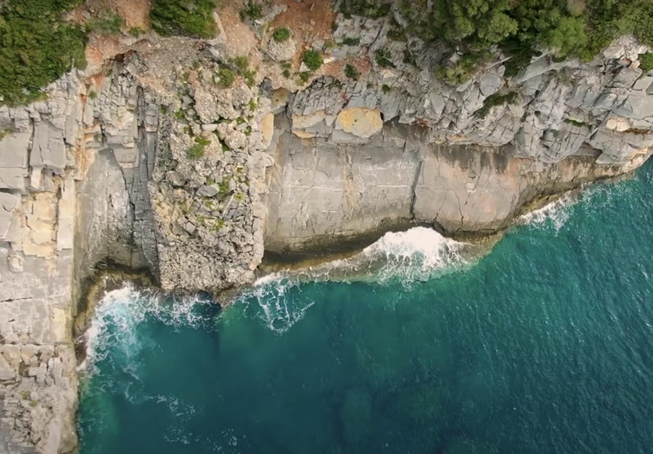 Ελληνικές παραλίες: Η άγνωστη παραλία με τις φυσικές μαρμάρινες εξέδρες