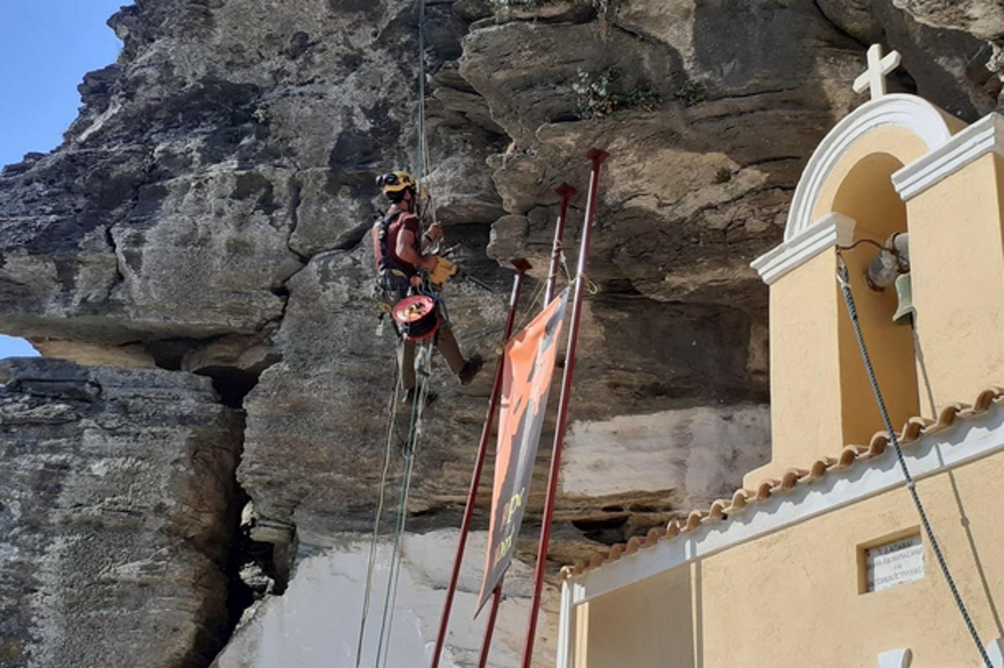 Τζια: Ένας βράχος 60 τόνων πάνω από τα κεφάλια κατοίκων του χωριού – Η λύση που καθυστέρησε