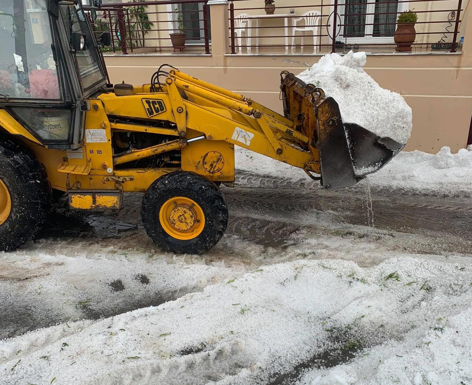 Κοζάνη: «Θάφτηκαν» ολόκληρες περιοχές – Σκαπτικό μηχάνημα απομακρύνει τις μεγάλες ποσότητες χαλαζιού