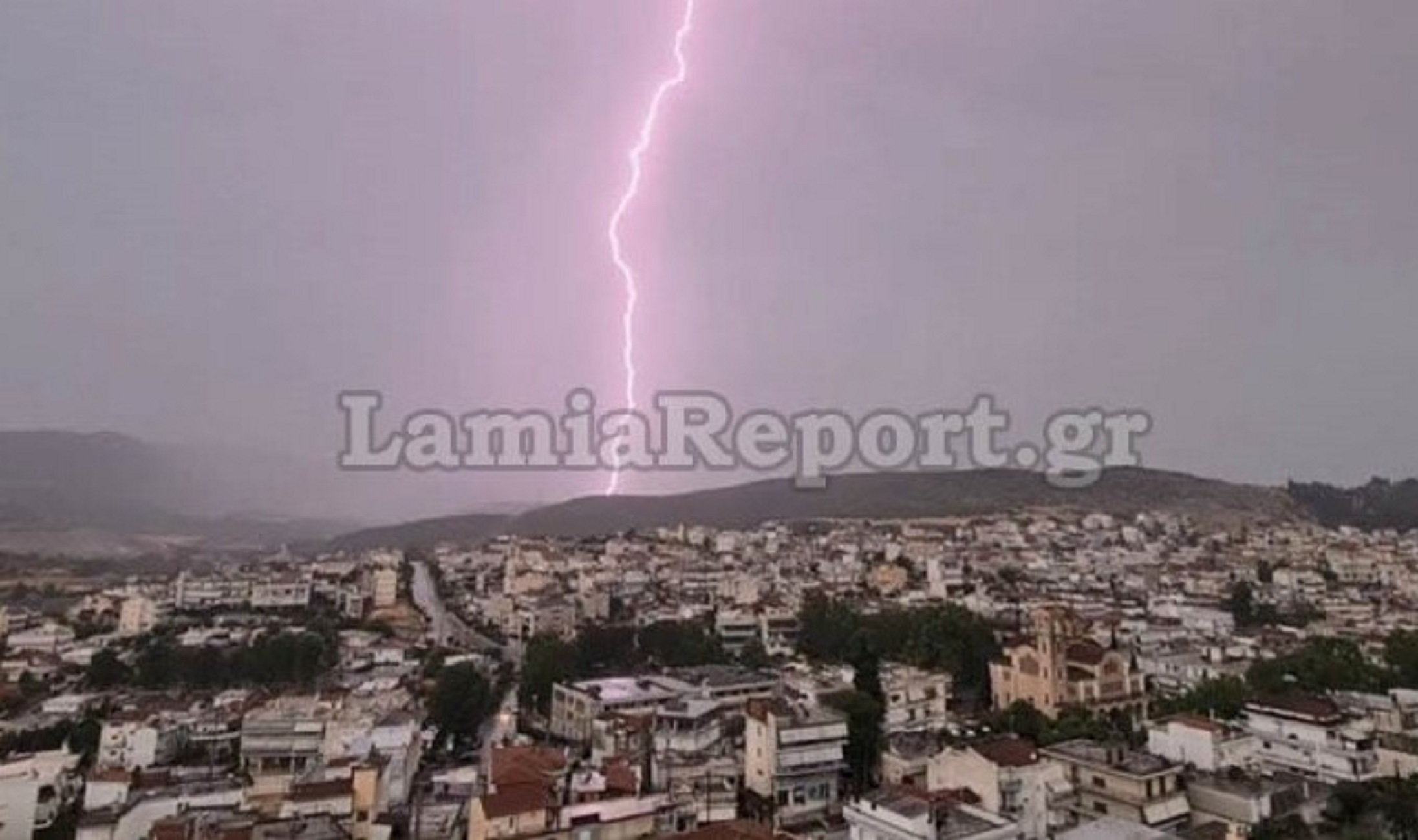 «Άνοιξαν οι ουρανοί» στη Λαμία – Αστραπές και βροντές μέσα στην πόλη (pics, video)