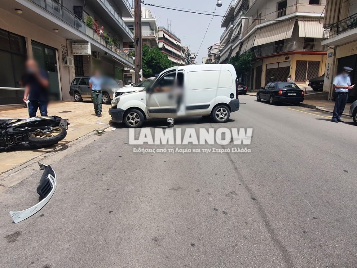 Λαμία: Φορτηγάκι συγκρούστηκε με μηχανή – Στο νοσοκομείο ο οδηγός (pics)
