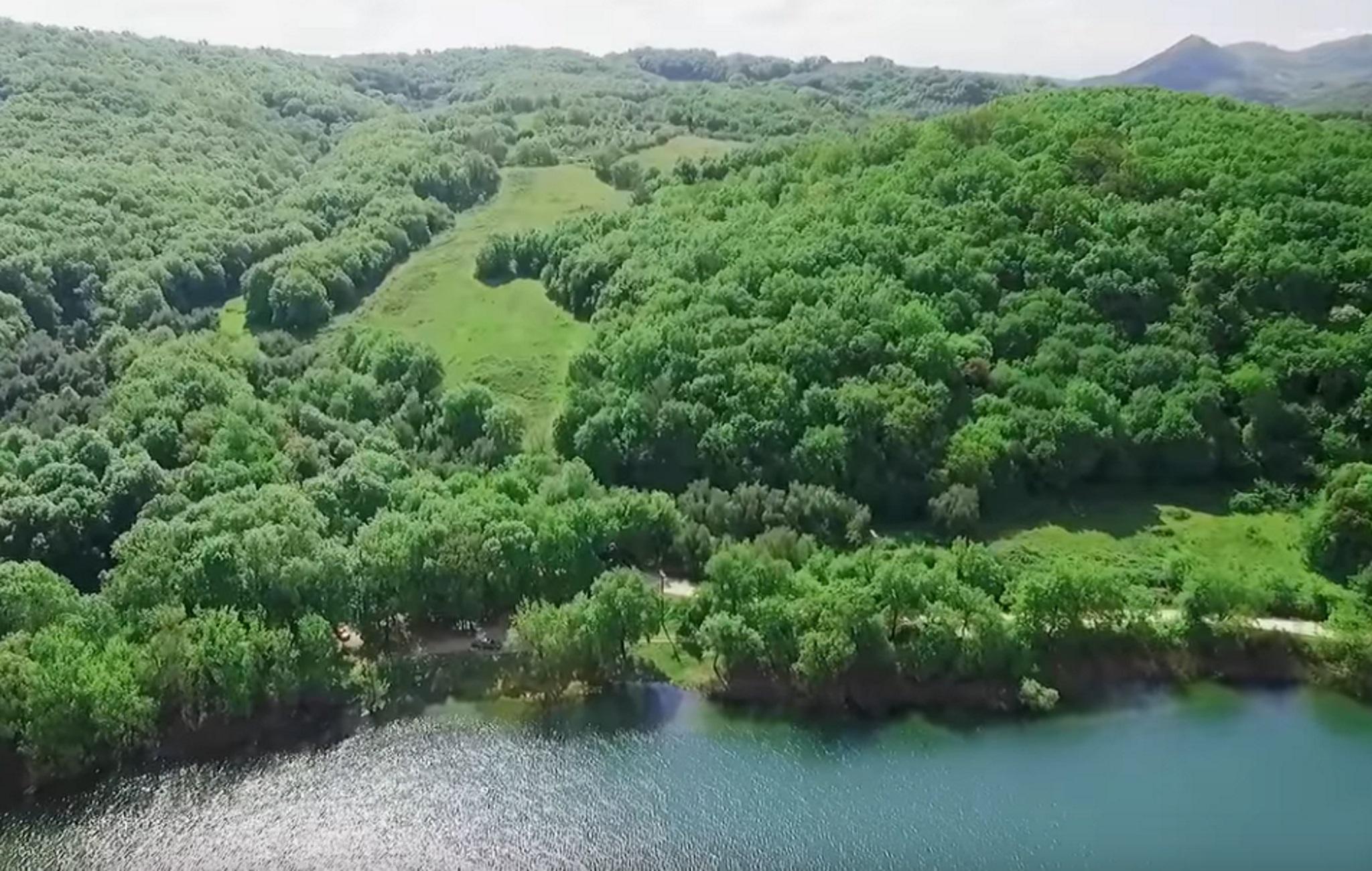 Ήπειρος: Επίγειος παράδεισος σε μπλε και πράσινο φόντο – Ταξίδι στη λίμνη Ζηρού που μαγεύει