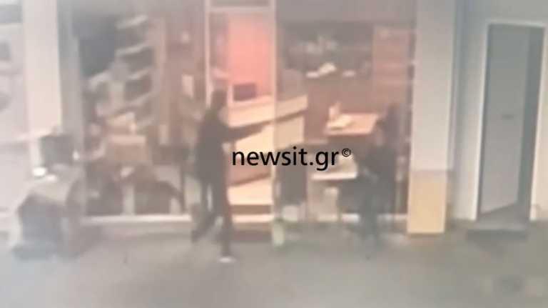 Βίντεο ντοκουμέντο: Του κόλλησε το περίστροφο στο πρόσωπο και του πήρε τις εισπράξεις