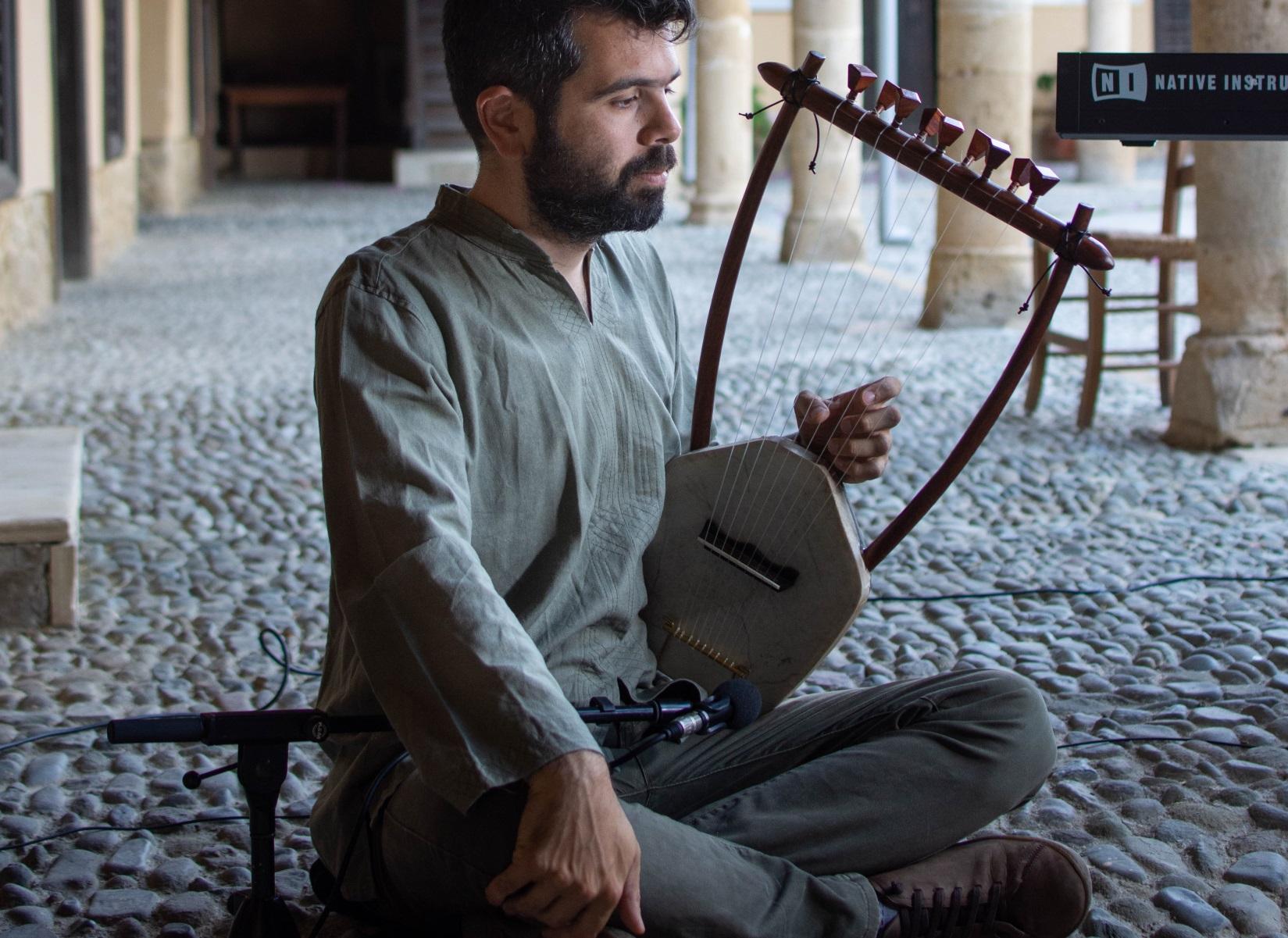 Θεσσαλονίκη: Με μία αρχαία λύρα παίζει όλες τις μουσικές μέχρι και για video games (pics)
