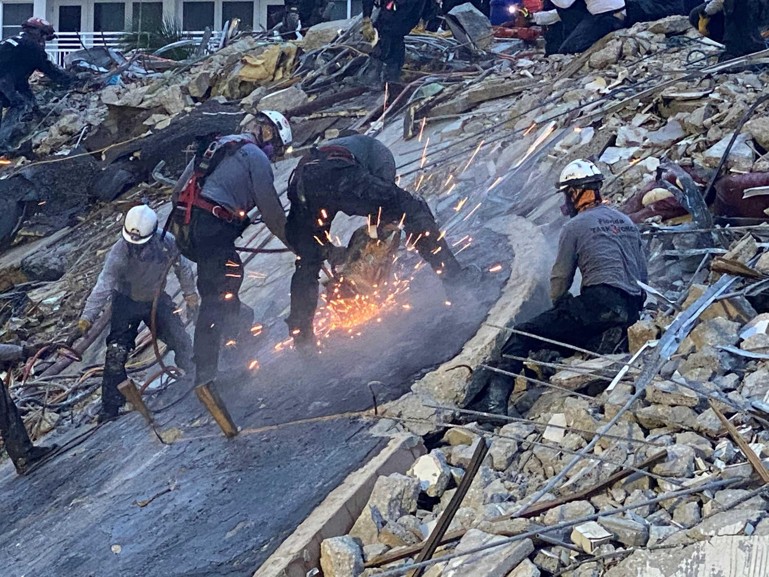 Μαϊάμι: Τουλάχιστον 12 οι νεκροί από την κατάρρευση της πολυκατοικίας (pics)