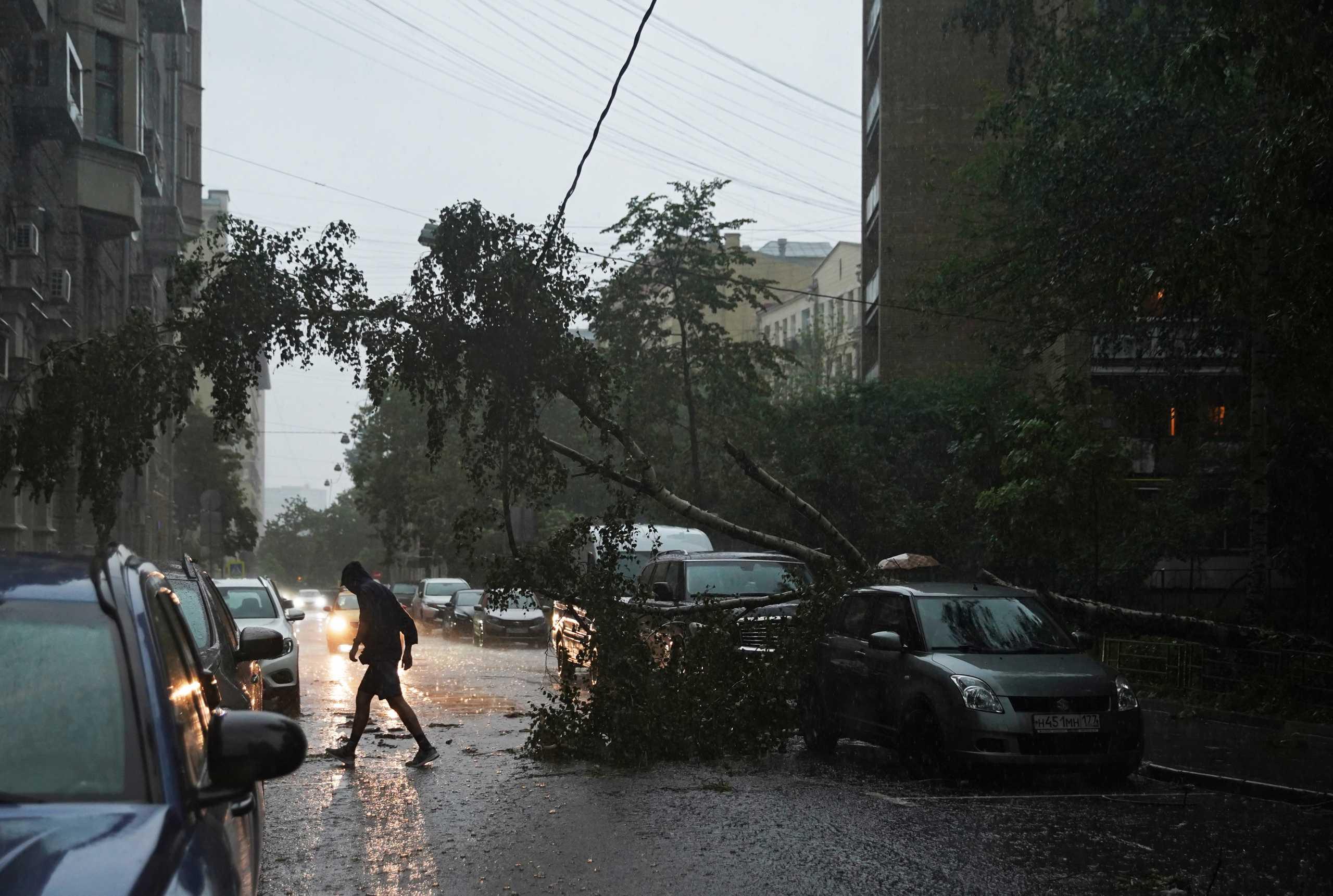 Καταρρακτώδεις βροχές πλημμύρισαν τους δρόμους της Μόσχας – Κατάρρευση στέγης στην κάμερα