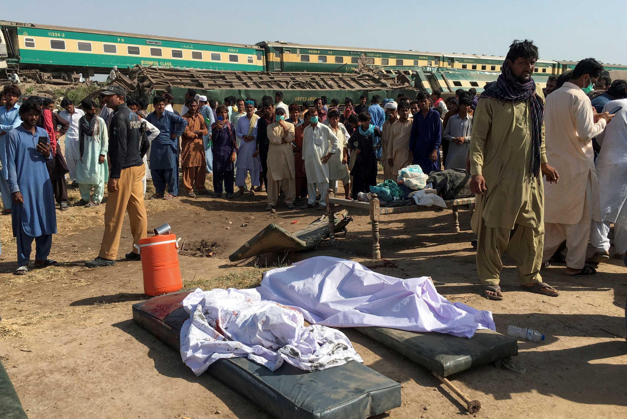 Πακιστάν: 63 οι νεκροί από τη σύγκρουση τρένων (pics)