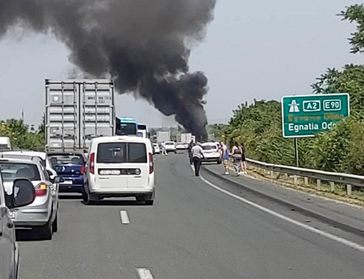 Φωτιά σε νταλίκα και ουρά αυτοκινήτων στην Εγνατία Οδό (video)