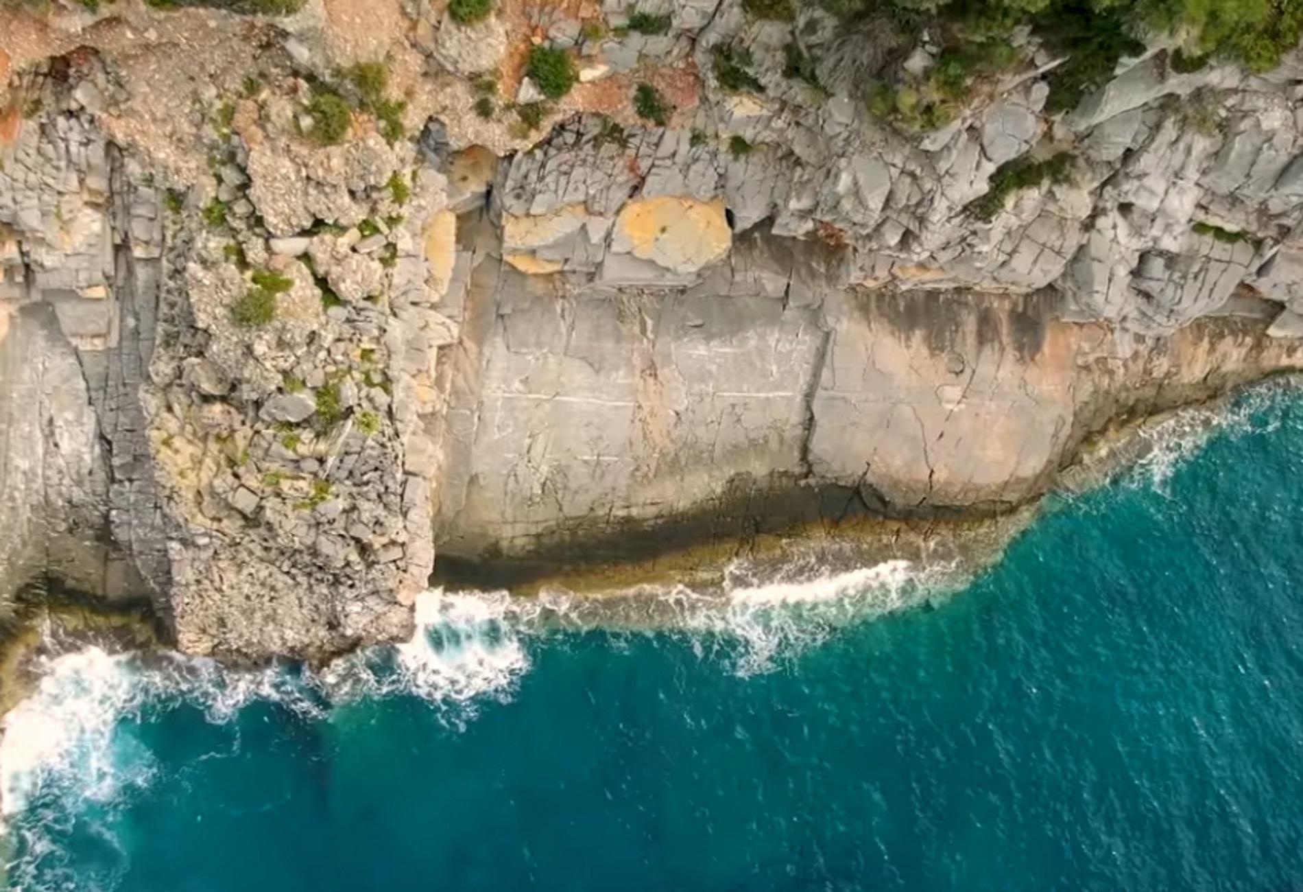 Μάνη: Βουτιές που κόβουν την ανάσα – Περιήγηση στην εκπληκτική παραλία με τις μοναδικές ομορφιές