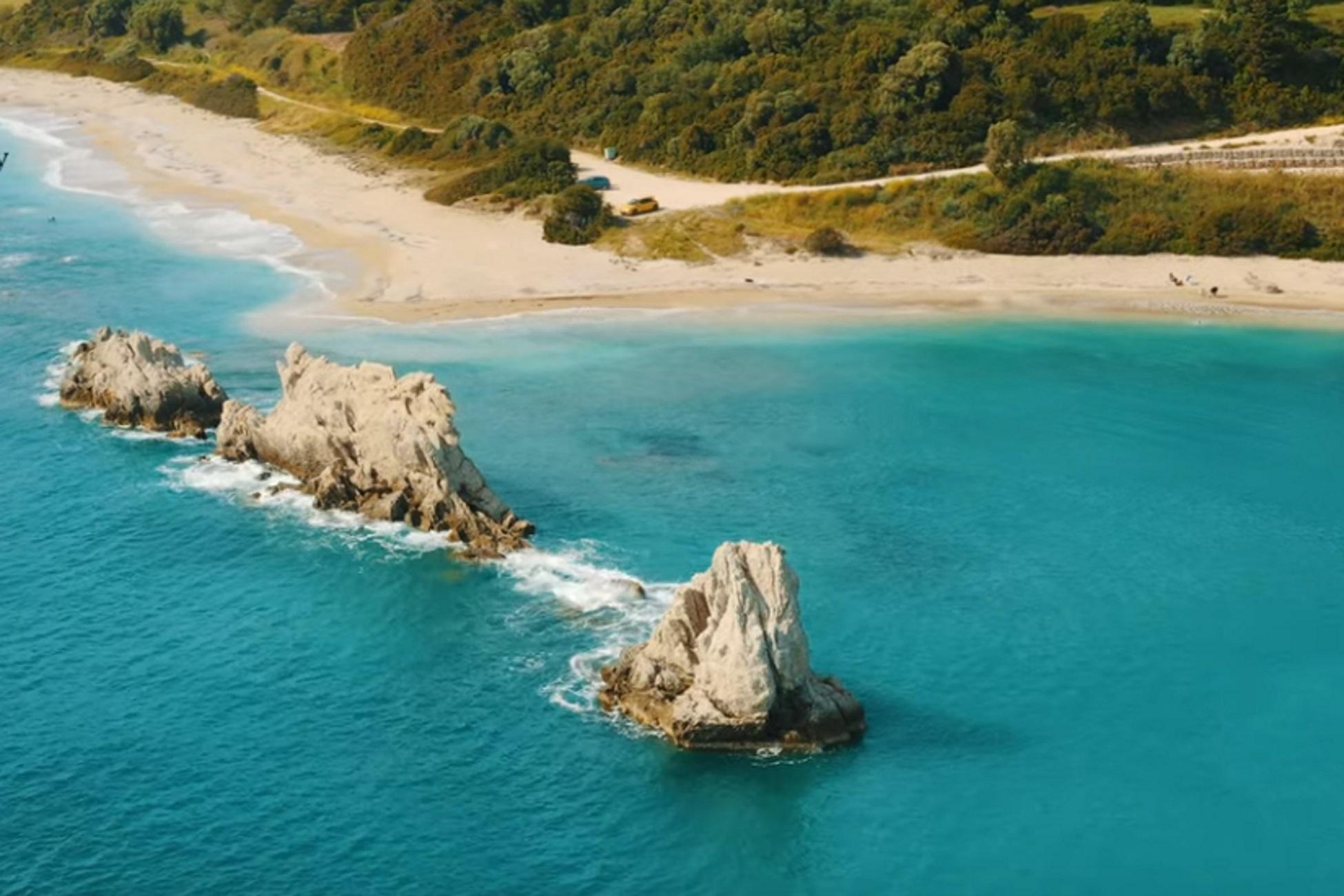 Αρτολίθια: Η εκπληκτική παραλία που είναι πάντα «λάδι» – Δείτε πως μπορείτε να φτάσετε εκεί