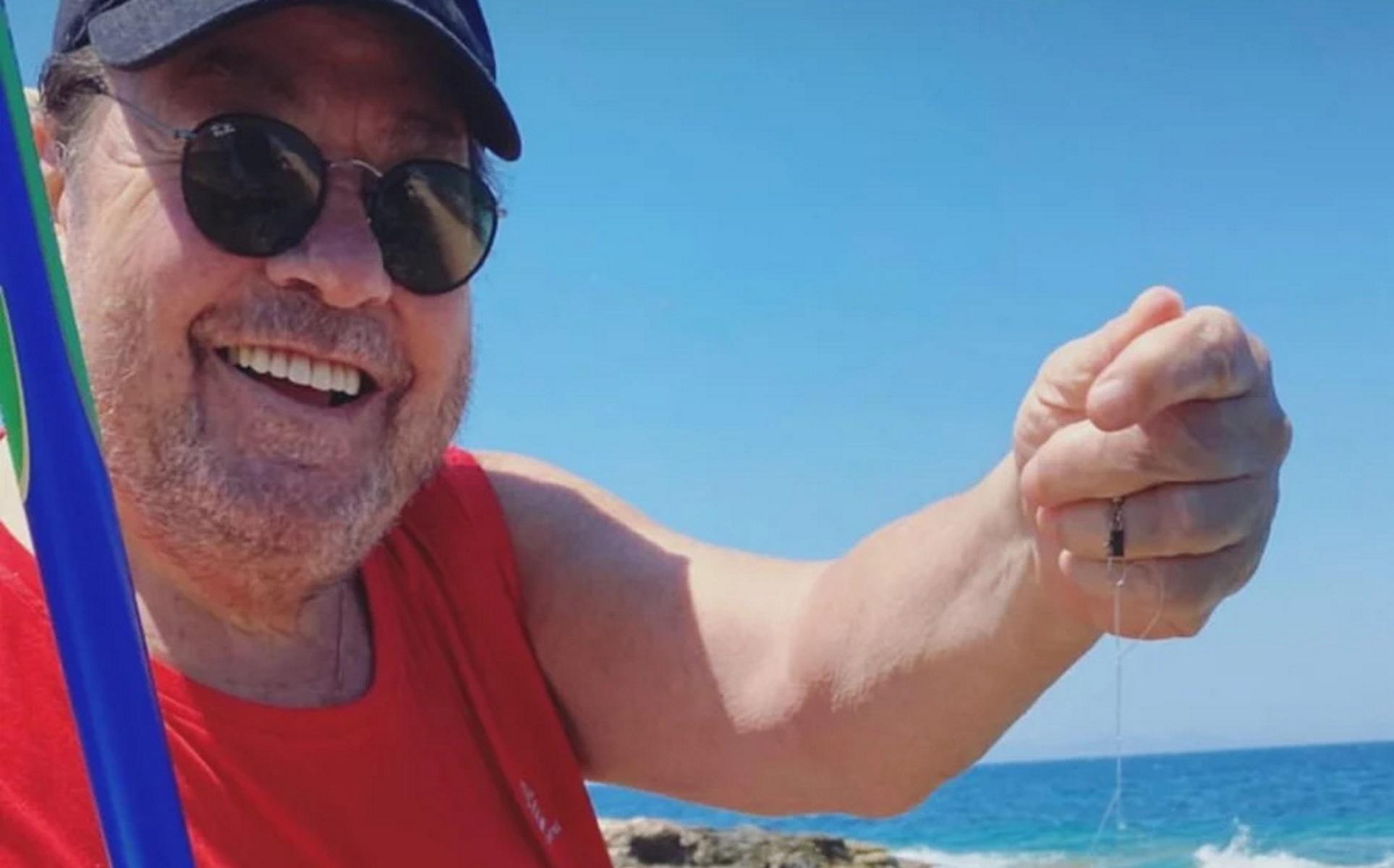 Γιάννης Πάριος: Στην Πάρο για ψάρεμα με τον γιο του Μιχαήλ Άγγελο (pics)