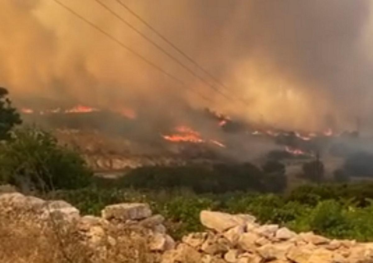 Φωτιά στην Πάρο: Καλύτερη η εικόνα – Πολλές διάσπαρτες εστίες