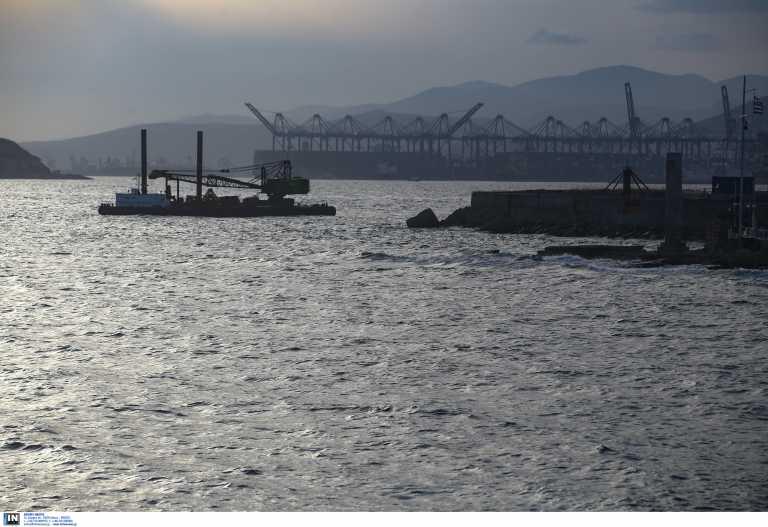 Συναγερμός στον Πειραιά: Αυτοκίνητο έπεσε στο λιμάνι