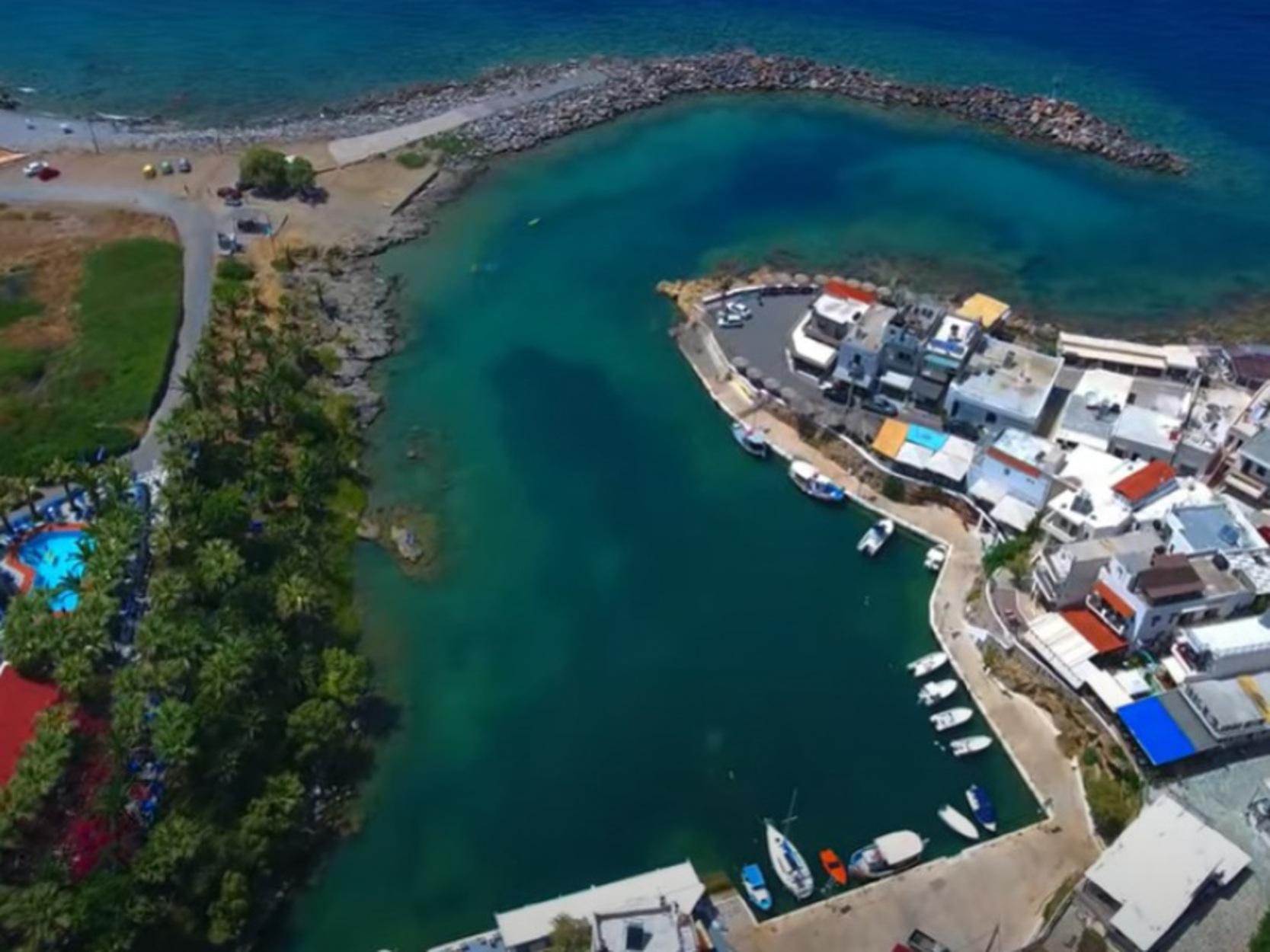 Κρήτη: Η φυσική «πισίνα» που αποτελεί πόλο έλξης – Εντυπωσιακές εικόνες από drone