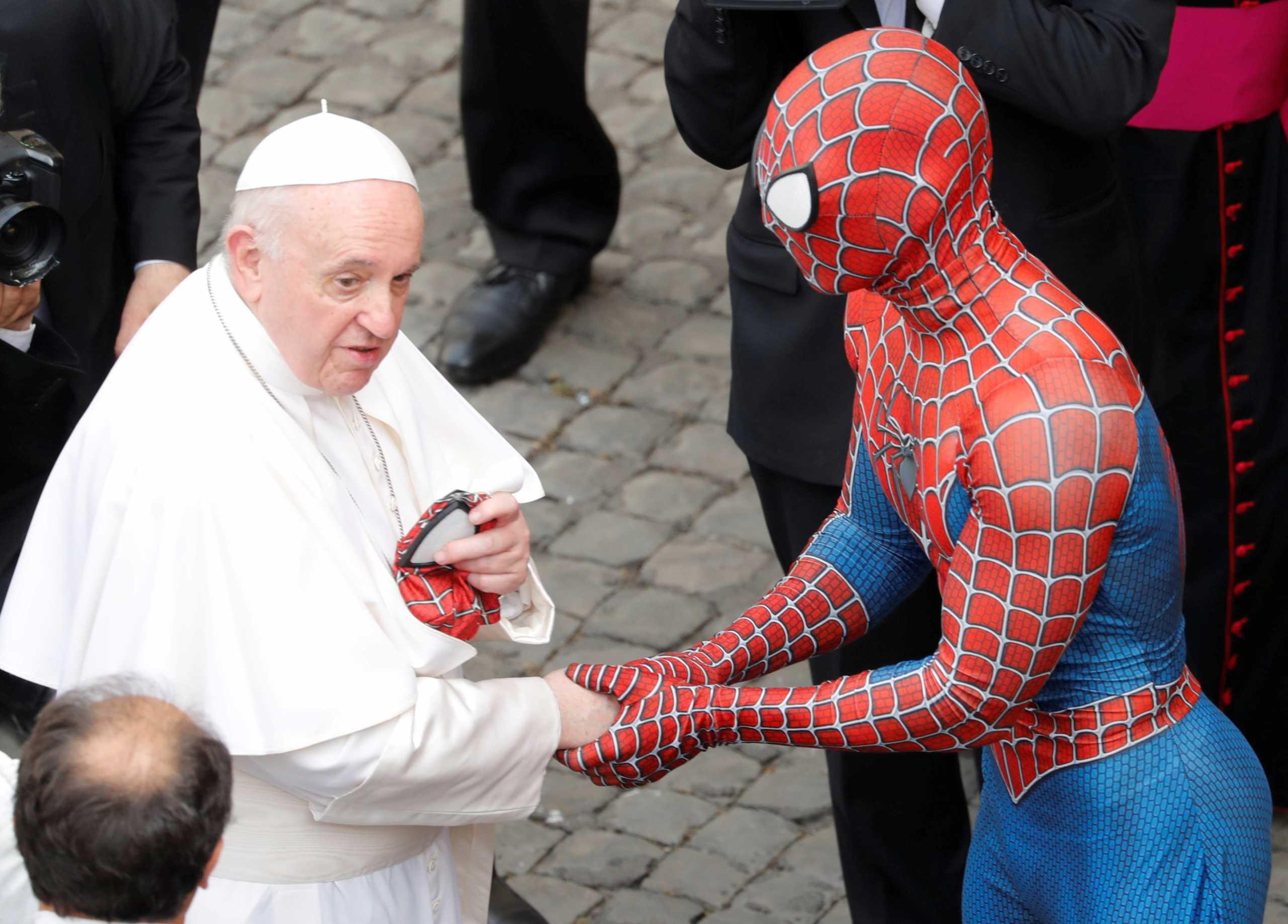 Όταν ο Πάπας Φραγκίσκος συνάντησε τον Spiderman (pics)