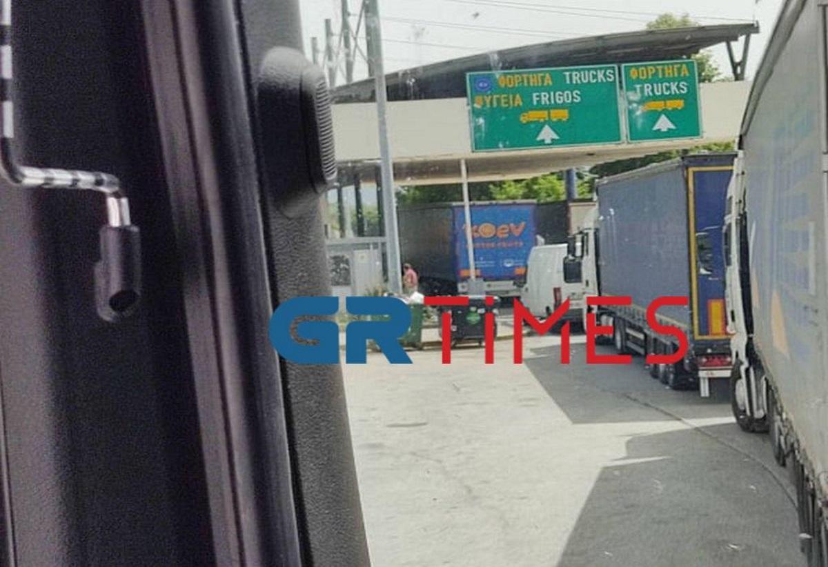 Οδηγοί φορτηγών λιποθυμούν περιμένοντας να περάσουν στον Προμαχώνα (video)