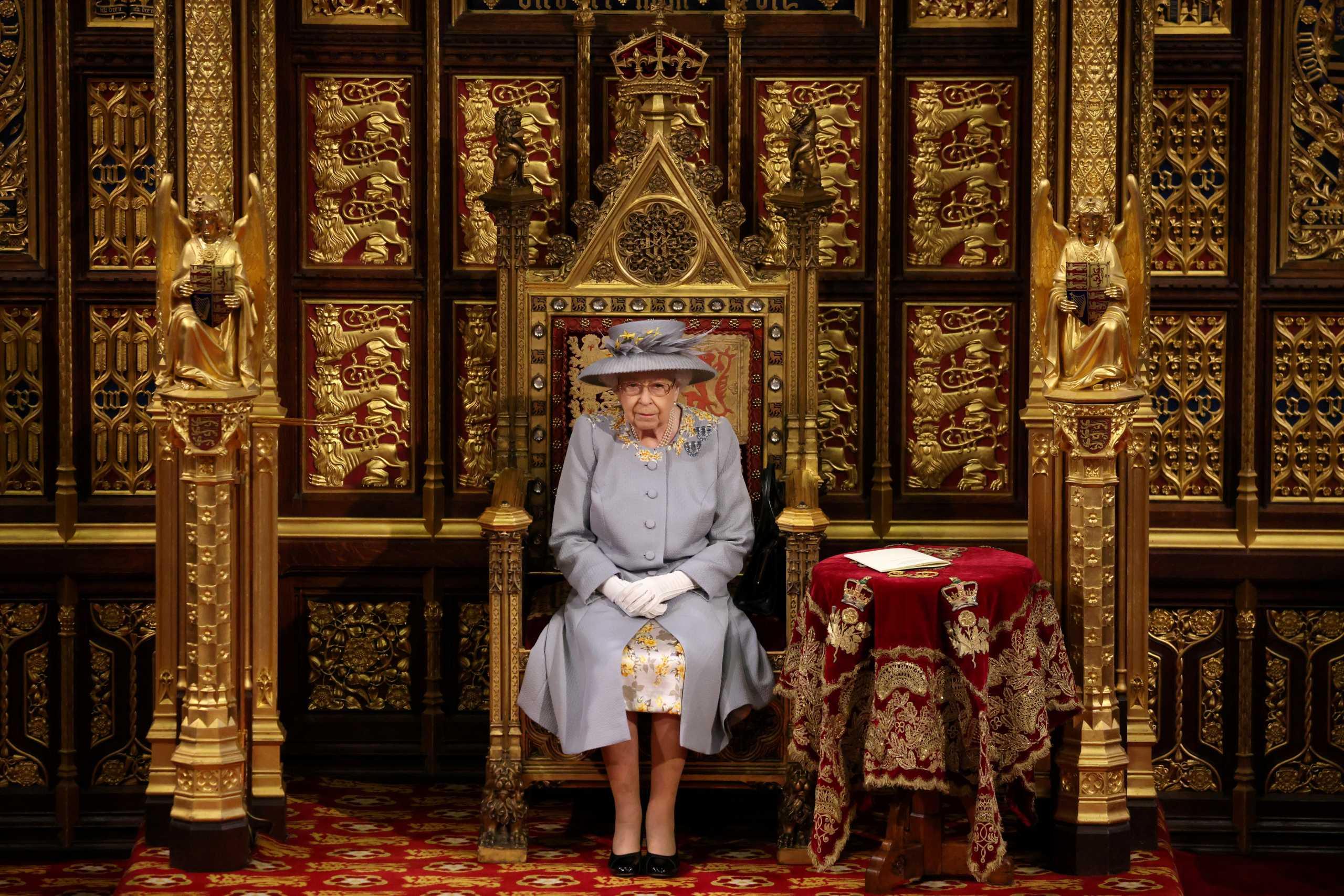 «Αποκαθήλωσαν» τη Βασίλισσα Ελισάβετ από την Οξφόρδη! Σάλος στη Βρετανία