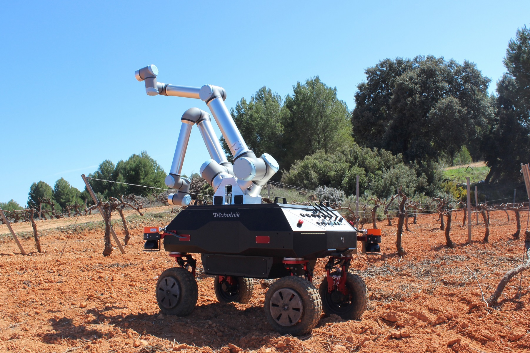 Θεσσαλονίκη: Ρομπότ θα «πατάει» για πρώτη φορά σταφύλια αμπελώνα (pics)