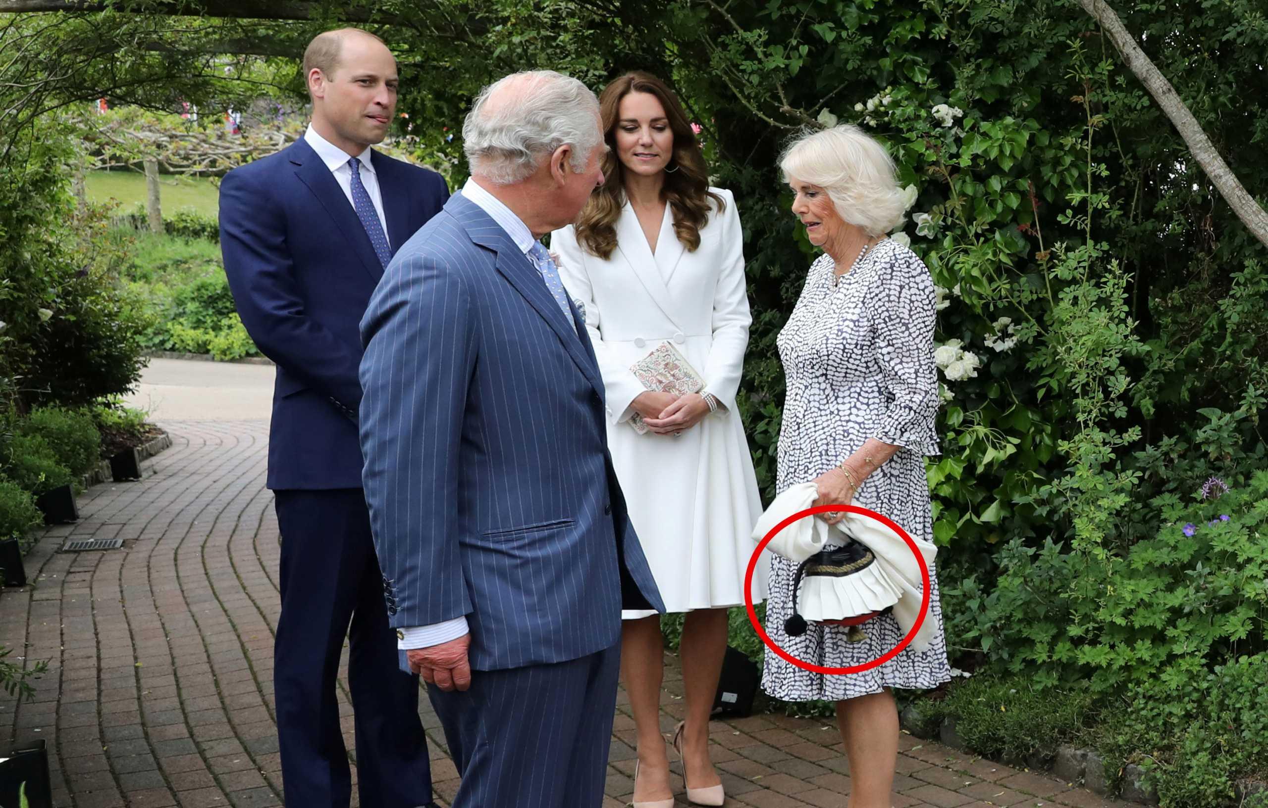 Η Καμίλα με (ελληνική) τσάντα «τσολιαδάκι» δίπλα στη Βασίλισσα Ελισάβετ (pics)