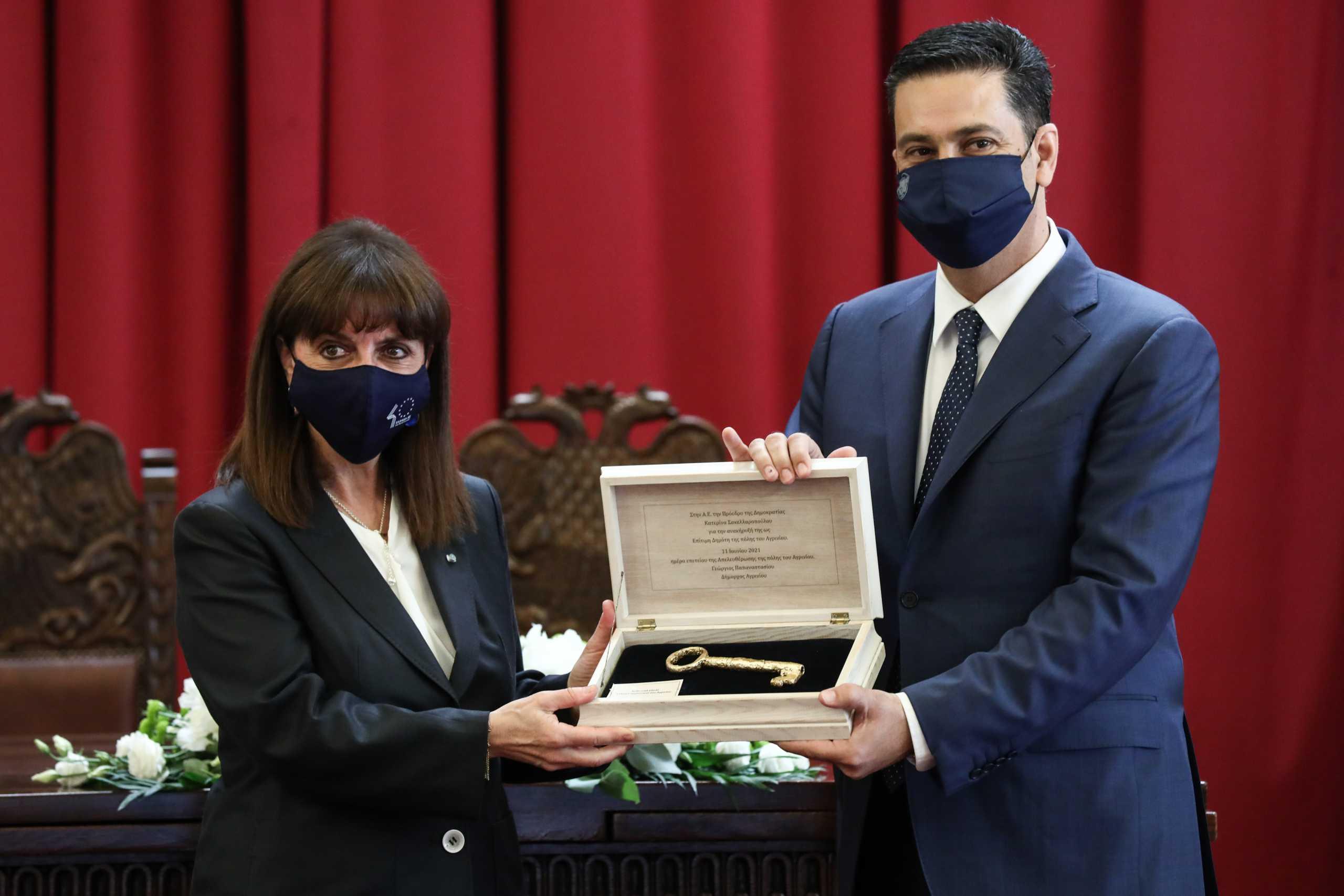 Σακελλαροπούλου: Της επιδόθηκε το χρυσό κλειδί της πόλης του Αγρινίου