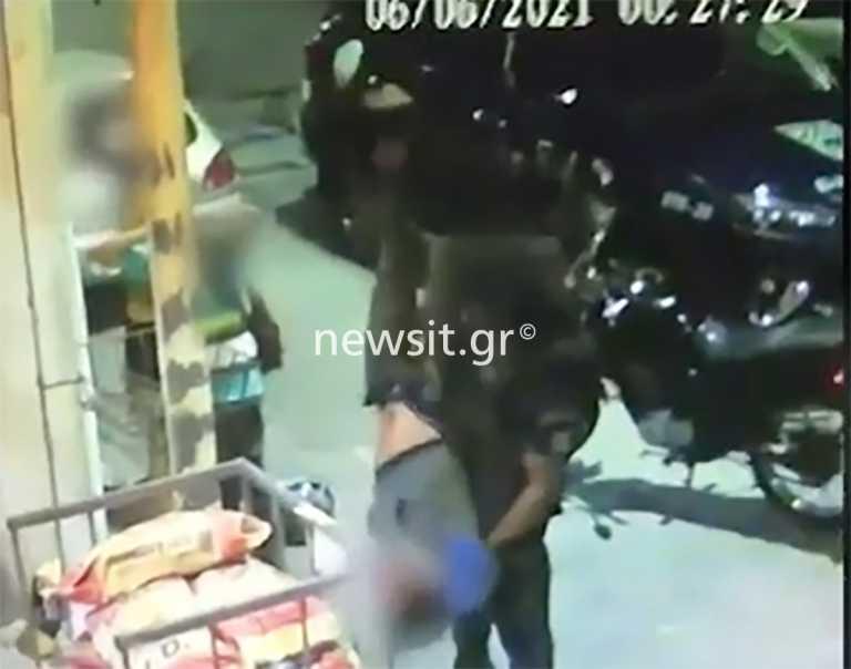 Βίντεο ντοκουμέντο: Αστυνομικός τινάζει σαν σακί ύποπτο για του πέσουν τα κλοπιμαία