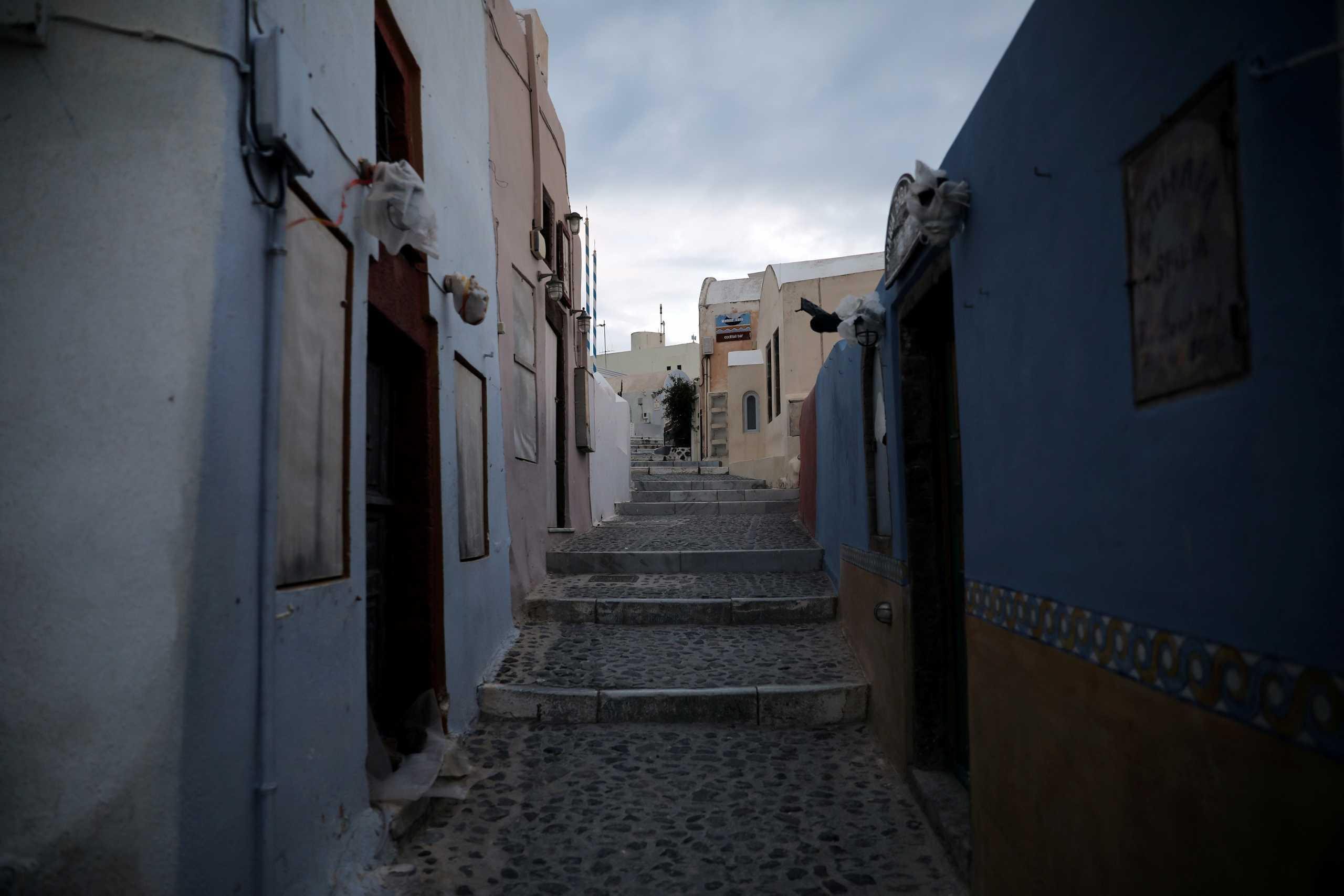 «Μαύρα σύννεφα» πάνω από ελληνικό τουρισμό – Μπαράζ ακυρώσεων από TUI, έκκληση από ΣΕΤΕ