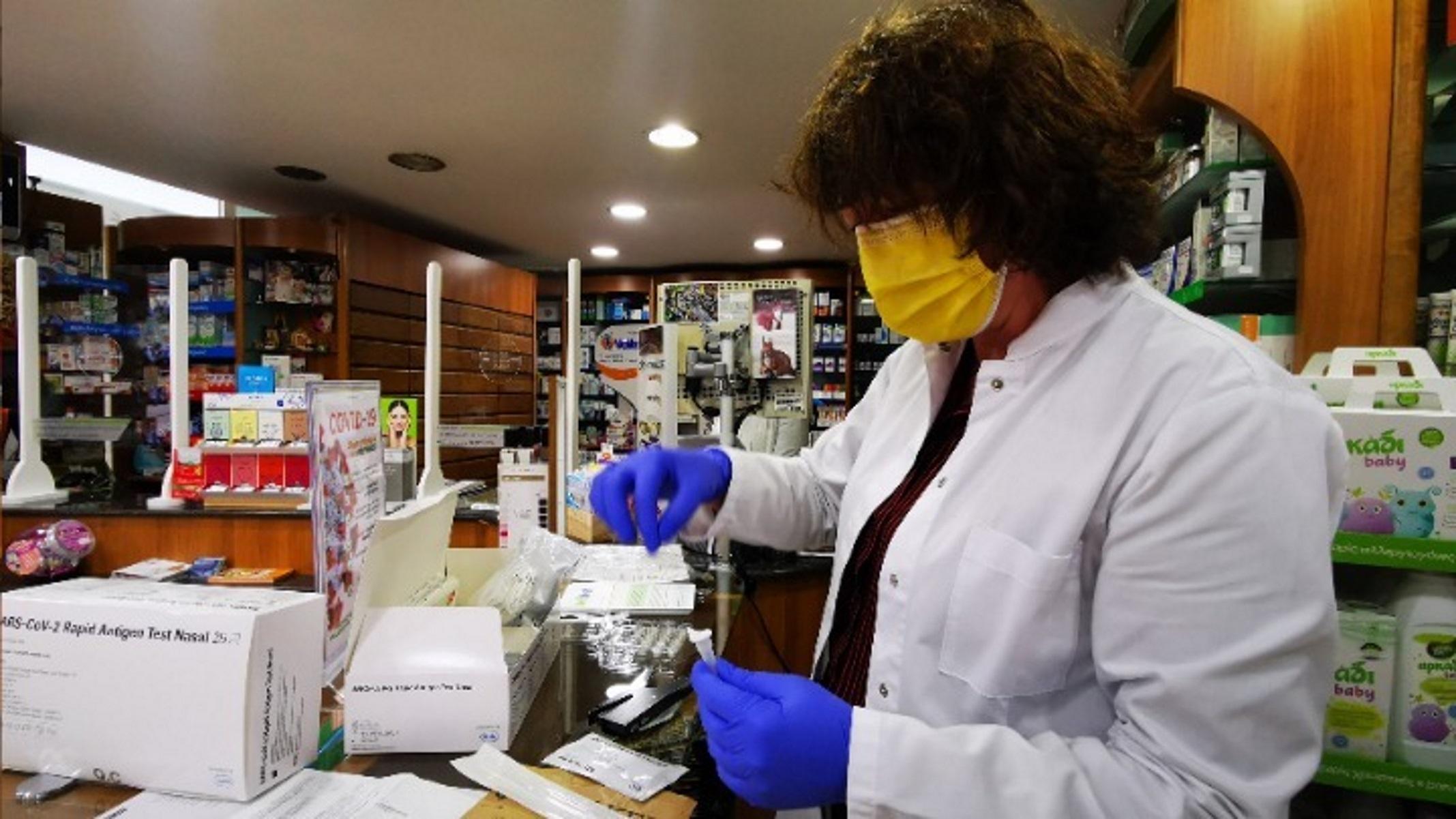 Κορονοϊός: Τι λένε φαρμακοποιοί και ιδιώτες γιατροί για την υποχρεωτικότητα των εμβολίων και τα πρόστιμα
