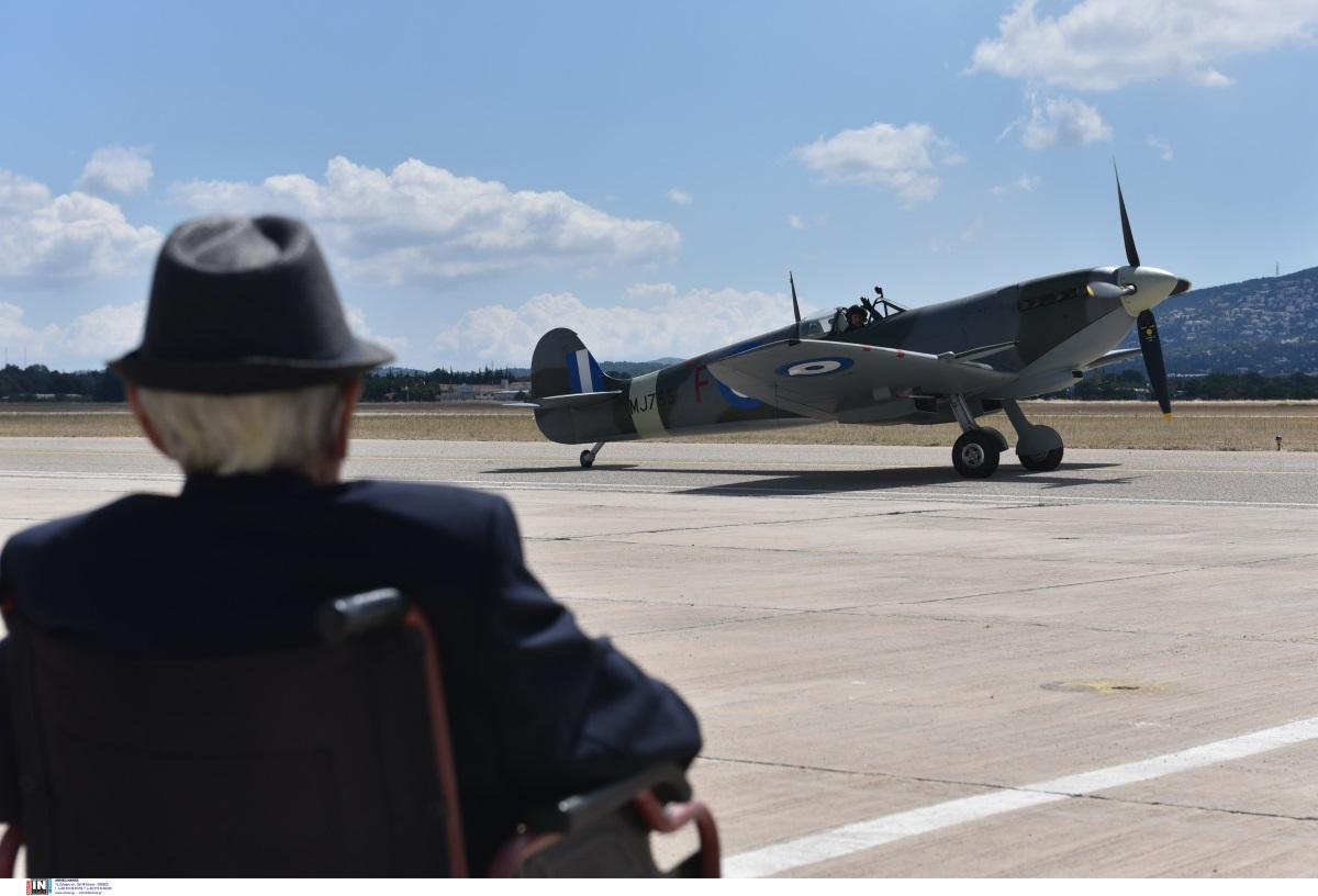 Αεροπορική βάση Δεκέλειας: Τιμητική υποδοχή στο θρυλικό Spitfire [pics]