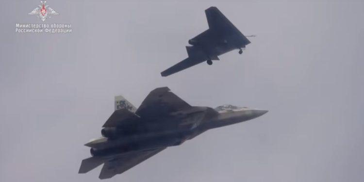 Θανατηφόρο Su-57: Το stealth μαχητικό θα εξοπλίζεται και με τέσσερα βαριά οπλισμένα drones! [vid]