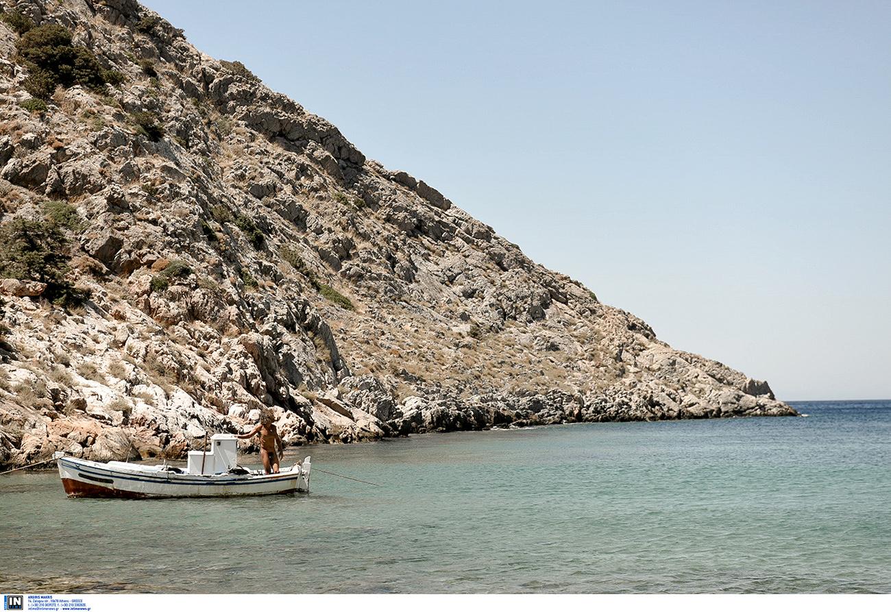 Η ελληνική παραλία που έχει και… δεν έχει άμμο για να διαλέξεις