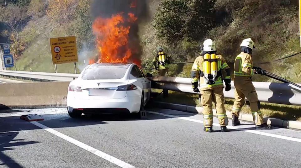 Τα ηλεκτρικά αυτοκίνητα και οι κίνδυνοι που επισημαίνουν οι πυροσβέστες