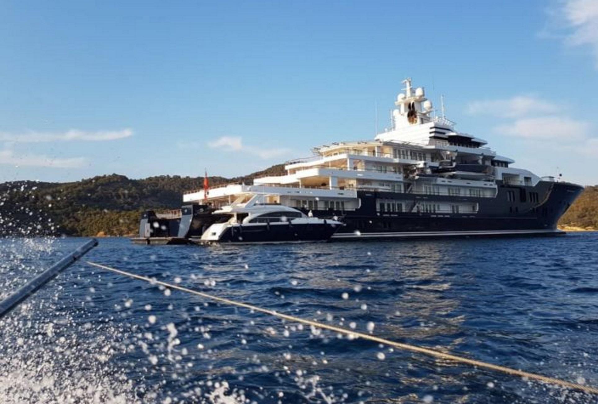 Πόρος: Έδεσε η εκπληκτική θαλαμηγός των 210.000.000 ευρώ που μοιάζει με υπερπολυτελές ξενοδοχείο