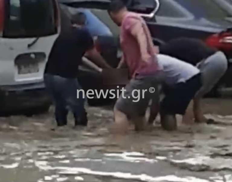 Θεσσαλονίκη: Η στιγμή που ανασύρουν τον νεκρό άνδρα από τα ορμητικά νερά - 1,5 χιλιόμετρο μακριά το αυτοκίνητό του (pics)